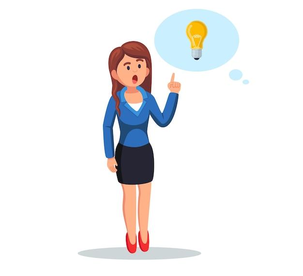Bizneswoman z żarówką. kobieta ma dobry pomysł, rozwiązanie problemu