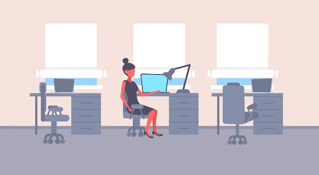 Bizneswomanu siedzący biurko miejsce pracy biznesowa kobieta pracujący laptop żeński postać z kreskówki nowożytny biurowy wewnętrzny płaski horyzontalny