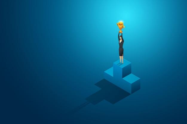 Bizneswomanu zwycięzcy mienia trofeum na podium. przywództwo i sukces. ilustracja koncepcja izometryczny