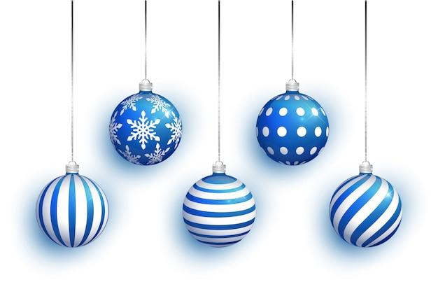 Błękitna choinki zabawka ustawia odosobnionego na białym tle. pończochy świąteczne ozdoby.