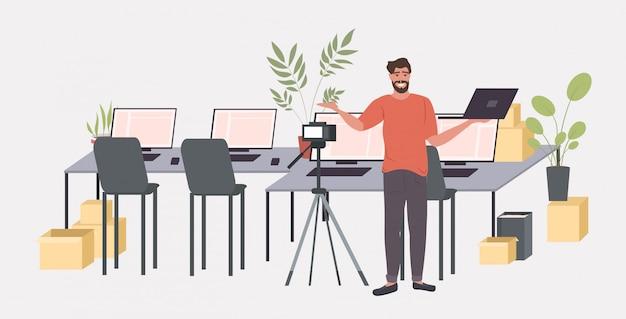 Blogger mężczyzna nagrywanie rozpakowywanie wideo z aparatem cyfrowym na statywie transmisja na żywo serwis społecznościowy blogowanie koncepcja poziomej pełnej długości