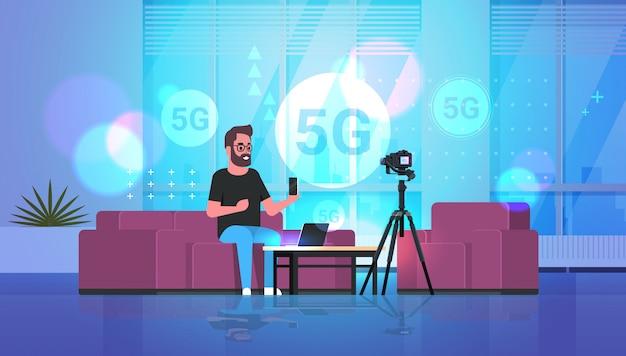 Blogger nagrywający wideo w kamerze koncepcja połączenia sieci bezprzewodowej 5g
