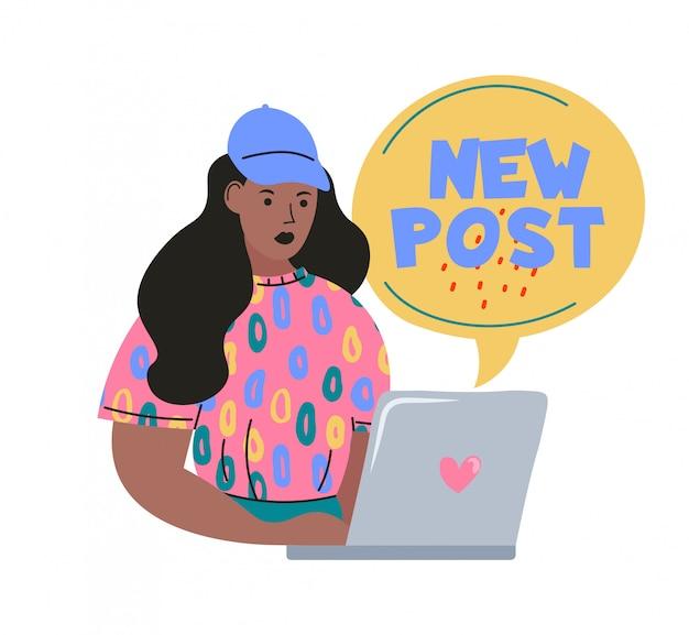 Blogowanie i vlogowanie. śliczna śmieszna dziewczyna lub bloger z laptopem tworzącym zawartość i publikującym ją w mediach społecznościowych, blogu lub vlogu, nowy post