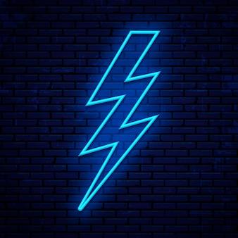 Błyskawica neon znak, ikona napięcia na białym tle na mur z cegły