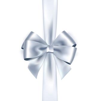 Błyszcząca biała wstążka satynowa na białym tle. srebrny łuk i wstążka