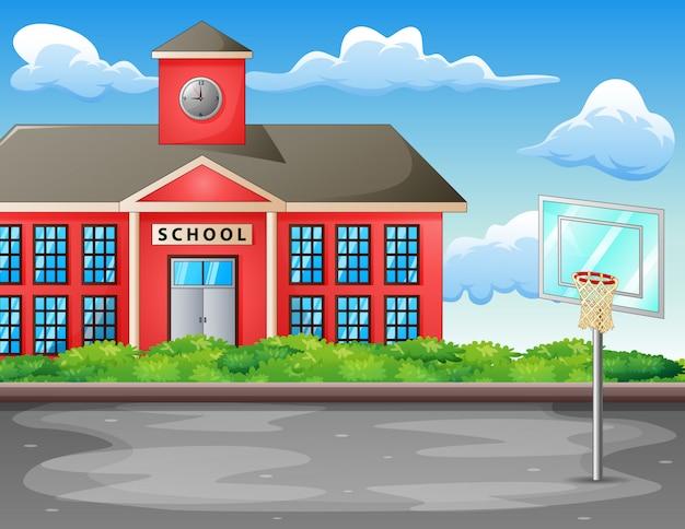 Boisko do koszykówki z budynkiem szkoły