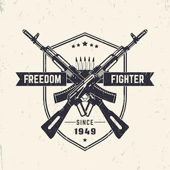 Bojownik o wolność, projekt koszulki w stylu vintage grunge, nadruk, ze skrzyżowanymi karabinami szturmowymi