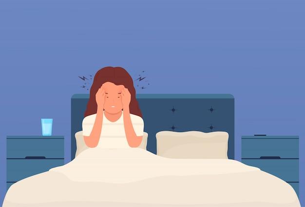 Bół głowy. kobieta w łóżku ma ból głowy, migrenę, ucisk w głowie. zmęczona dziewczyna z silnym bólem w skroniach naciska dłonie na głowę.