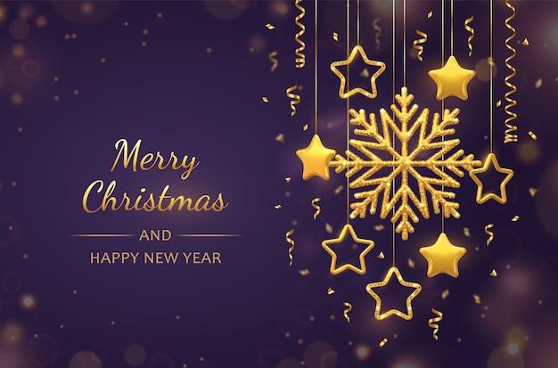 Boże narodzenie fioletowe tło z wiszącymi lśniącymi złotymi płatkami śniegu, metalicznymi gwiazdami 3d i kulkami. kartkę z życzeniami świątecznymi i noworocznymi.