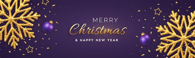 Boże narodzenie fioletowe z błyszczącymi złotymi płatkami śniegu, złotymi gwiazdami i kulkami.