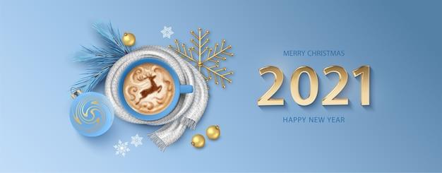Boże narodzenie i nowy rok transparent ze złotymi numerami i filiżanką kawy zawiniętą w dzianinowy szal
