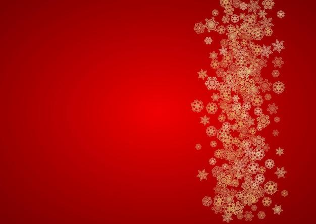 Boże narodzenie płatki śniegu na czerwonym tle. ramka pozioma brokat na transparent zimowy, kupon podarunkowy, kupon, reklamy, impreza imprezowa. kolor świętego mikołaja ze złotymi świątecznymi płatkami śniegu. padający śnieg na wakacje