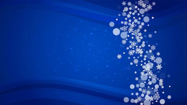 Boże narodzenie płatki śniegu na niebieskim tle z błyszczy. rama pozioma na zimowy baner, kupon podarunkowy, kupon, reklamy, imprezy ze świątecznymi płatkami śniegu. padający śnieg na świętowanie