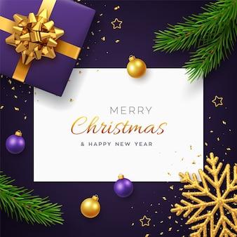 Boże narodzenie tło z kwadratowym papierowym sztandarem, realistyczne fioletowe pudełko ze złotą kokardką, gałęziami sosny, złotymi gwiazdami i brokatowym płatkiem śniegu