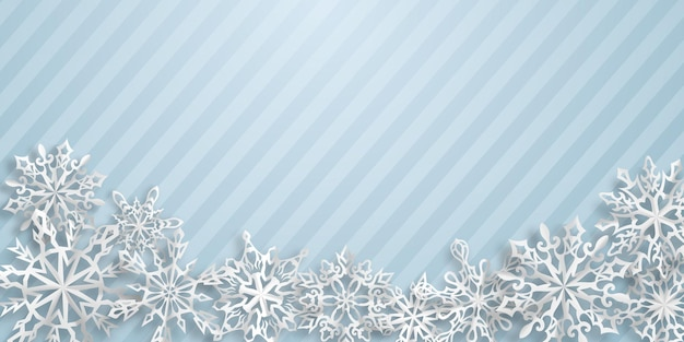 Boże narodzenie tło z papierowymi płatkami śniegu z miękkimi cieniami na jasnoniebieskim tle w paski