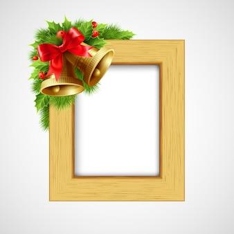 Bożonarodzeniowa drewniana rama z bell i holly berry, kartka z pozdrowieniami