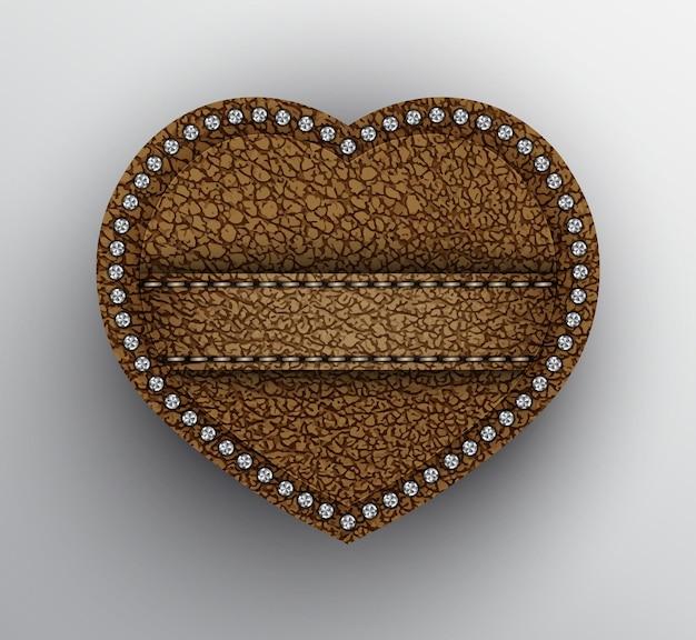 Brązowe skórzane serce z paskiem i srebrnymi cekinami.