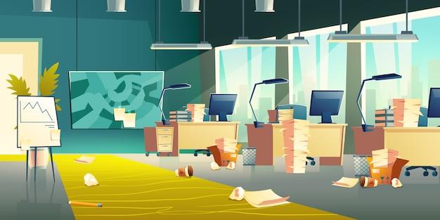 Brudne wnętrze biura, puste miejsce pracy, kosz na śmieci