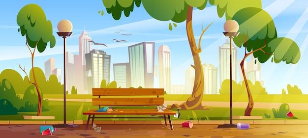 Brudny park miejski z zielonymi drzewami i trawiastą drewnianą ławką