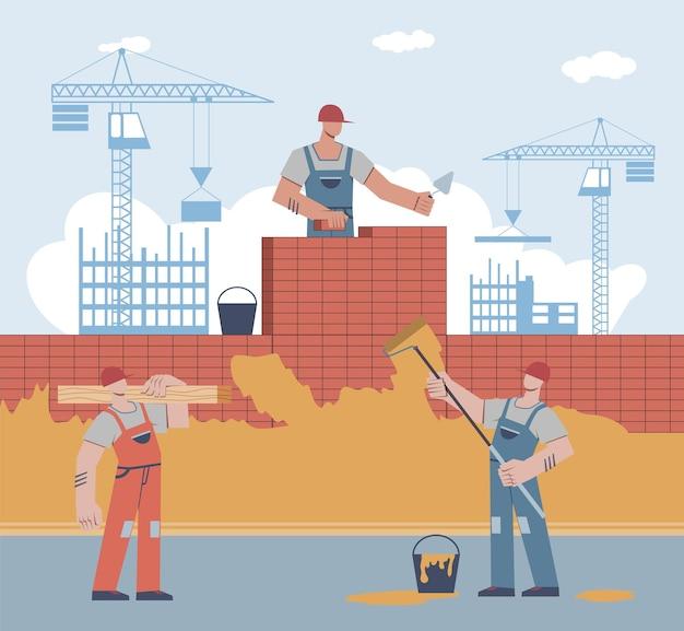 Budowniczowie budują dom. pracownik w mundurze i hełmie kładzie cegłę, mężczyzna trzyma wałek, męska postać niesie belkę na dźwigu buduje tło wieżowca, remont domu płaski wektor koncepcja kreskówka