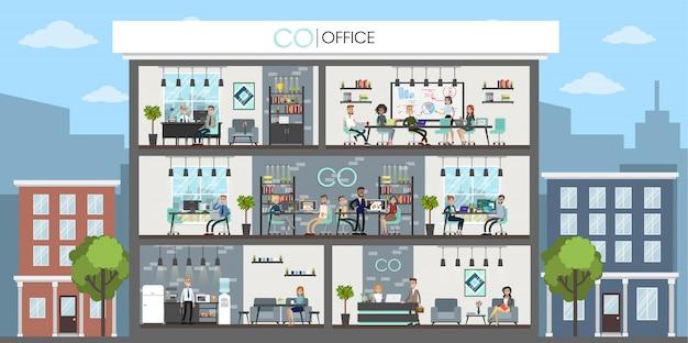 Budynek biurowy z ludźmi pracującymi w środku.