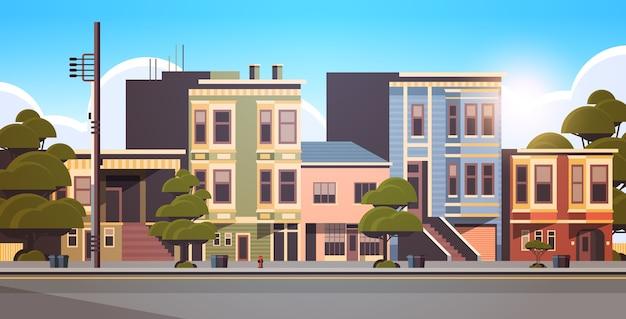 Budynek miejski domy na zewnątrz nowoczesnej ulicy miasta w sezonie letnim pejzaż zachód słońca