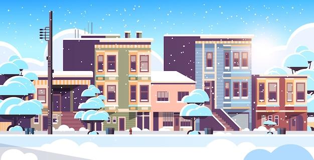 Budynek miejski domy zewnętrzne nowoczesne miasto zaśnieżona ulica w sezonie zimowym zachód słońca pejzaż