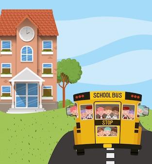 Budynek szkoły i autobus z dziećmi na scenie drogowej