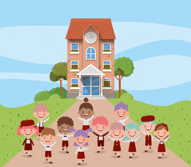 Budynek szkoły z międzyrasowymi dziećmi na scenie drogowej