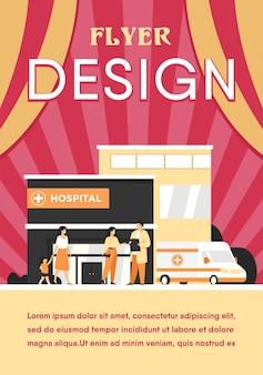 Budynek szpitala miejskiego. pacjent rozmawia z lekarzem przy wejściu, samochód karetki zaparkowany przy przychodni. szablon ulotki
