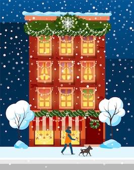 Budynek z zimową świąteczną dekoracją