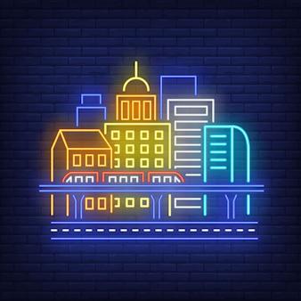 Budynków miasta i pociągu niebo neon znak.