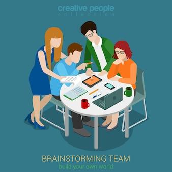 Burza mózgów kreatywnych ludzi koncepcja płaska izometryczna. proces tworzenia aplikacji dla agencji reklamowej. praca zespołowa wokół głównego projektanta projektantów laptopów stołowych