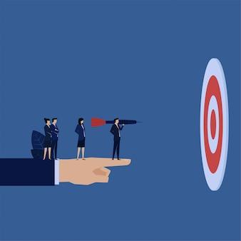 Business manager trzymać strzałki przed metafora cel łatwego celu.
