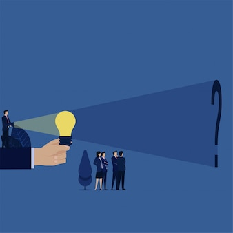 Business manager zapalił żarówkę pomysłu i znalazł znak zapytania za metaforą poszukiwania prawdy.
