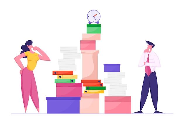 Businesswoman i biznesmen patrząc na ogromny stos dokumentacji i dokumentów papierowych