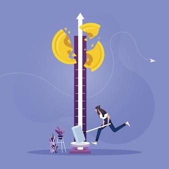 Businesswoman uderzając w maszynę testera sukcesu młotkiem do monety dolara