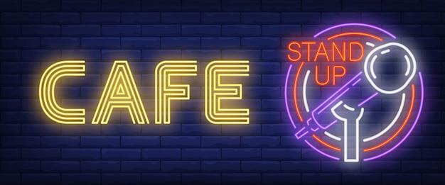 Cafe stand up neon znak. świecący mikrofon barowy w ramce koła