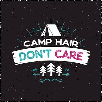 Camp hair don t care t-shirt design - odznaka przygody na świeżym powietrzu z symbolami namiotu, drzew, promieni słonecznych. miły dla entuzjastów biwakowania, na koszulkę, prezent na kubek inne nadruki. wektor zapasów na czarnym tle.