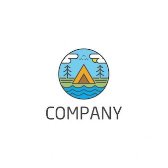 Campingowy loga pojęcie z namiotowym drzewem i jeziorem wektorowym