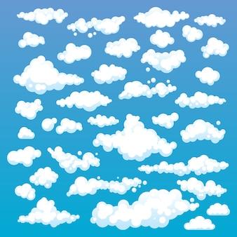 Cartoon chmury ustawione na tle niebieskiego nieba
