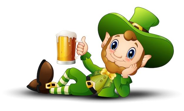 Cartoon leprechaun trzyma kubek piwa