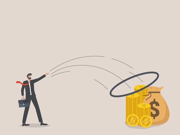 Cel finansowy, biznesmen rzuca bransoletkę w stos pieniędzy