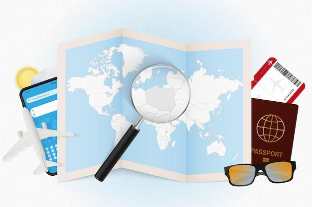 Cel podróży polska makieta turystyczna ze sprzętem podróżnym i mapą świata