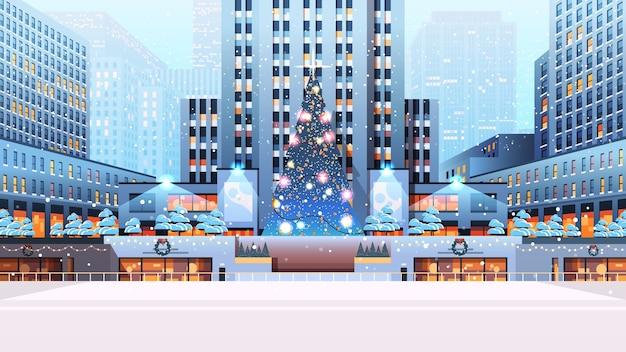 Centralny plac miejski z ozdobioną choinką szczęśliwego nowego roku ferie zimowe koncepcja uroczystość gród tła poziomej ilustracji