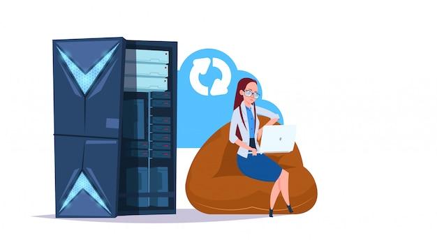 Centrum chmurowe synchronizacji przechowywania danych z serwerami hostingowymi i personelem. obsługa komunikacji sieci komputerowych i baz danych w centrum internetowym