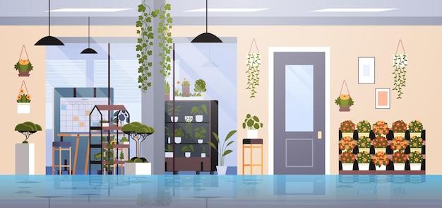 Centrum coworkingowe z roślinami doniczkowymi i kwiatami na półkach koncepcja ogrodnicza wnętrze biurowe poziome
