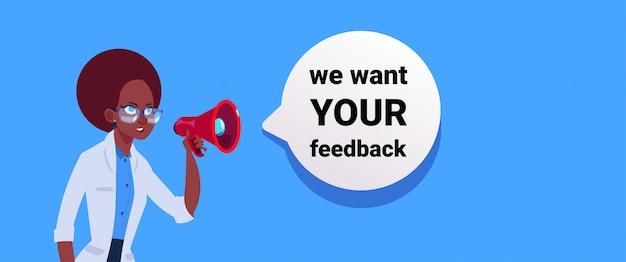 Chcemy twojej opinii. kobieta ręka trzymać banner megafon do promocji biznesu i reklamy. komunikacja z recenzjami klientów.
