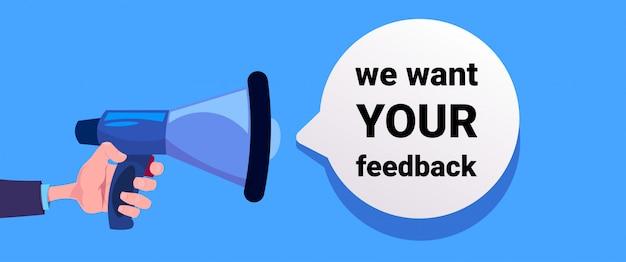 Chcemy twojej opinii. ręka trzymać megafon banner na promocję biznesu i reklamę. komunikacja z recenzjami klientów.