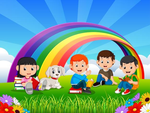 Children czytelnicza książka w parku na tęcza dniu